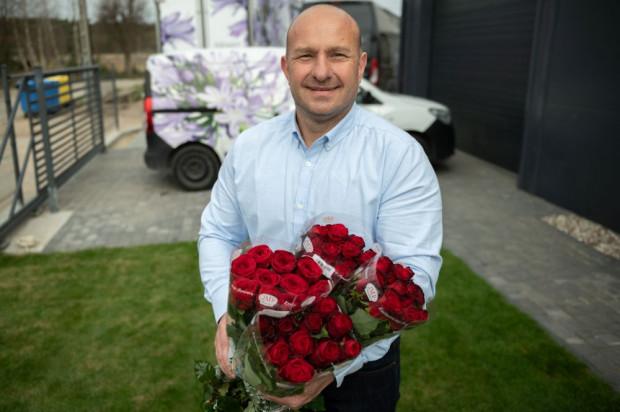 Praca florysty, a właściwie kwiaciarza, bo gdy kończyłem szkołę, to tak się to nazywało, daje dużo satysfakcji - mówi Jarosław Falkowski.