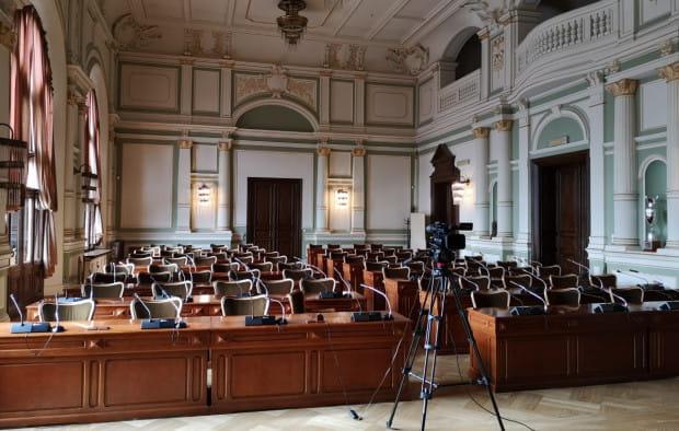 Po raz pierwszy sesję przeprowadzono wirtualnie, przy pustej sali.
