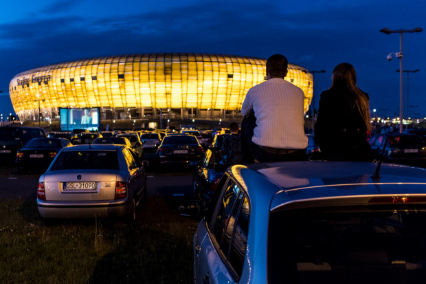 Kino samochodowe do tej pory było raczej sporadyczną ciekawostką w Trójmieście. Wygląda na to, że tegoroczne lato będzie obfitować w regularne pokazy w plenerze i to w całym Trójmieście.