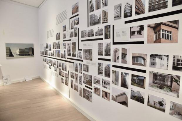"""Wystawa """"Gdynia - Tel Awiw. Odsłona gdyńska"""" w Muzeum Miasta Gdyni będzie mieć wernisaż online w formie oprowadzania z dr. hab. Jackiem Friedrichem. Już wkrótce będzie można ją zwiedzać w gmachu muzeum."""