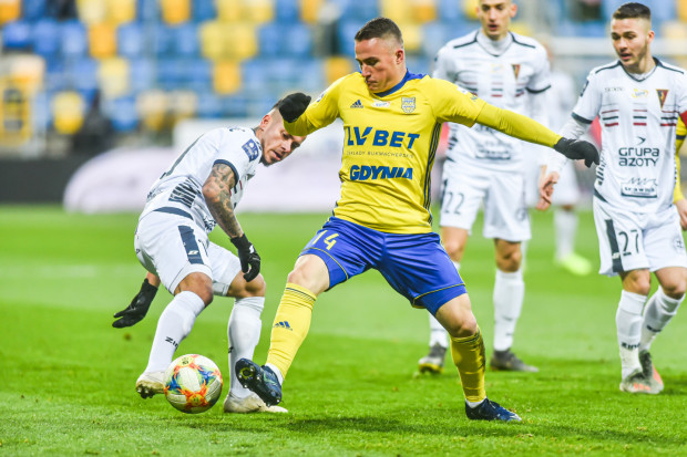 Michał Nalepa (w środku) chce pomóc Arce Gdynia, ale nie może tego zrobić, dopóki nie otrzyma zaległości z poprzednich miesięcy.