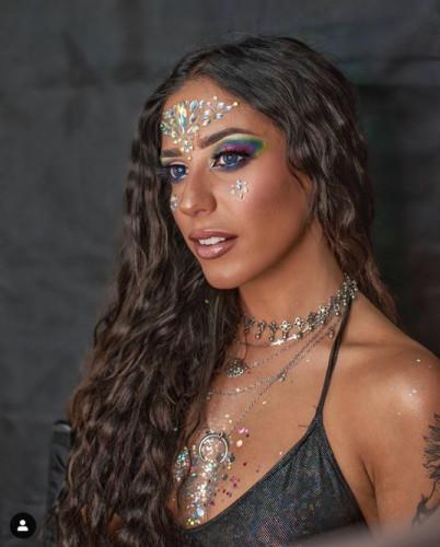 W tym sezonie raczej nie mamy co liczyć na duże festiwale plenerowe, które wiążą się z widowiskowym makijażem. Nie znaczy to jednak, że nie możemy bawić się make-upem i dla własnej przyjemności uczyć się nowych urodowych sztuczek.