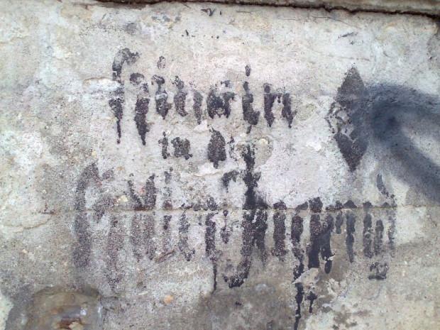 Pochodzący z lat 30. napis, nawołujący do wstępowania do Hitlerjugend. Zniknął podczas remontu muru oporowego, na którym został umieszczony.