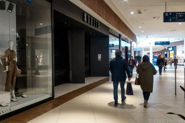 Centra handlowe powoli wracają do pracy, wracają też klienci. Na zdjęciu: Centrum Riviera. Wtorek, 5 maja.