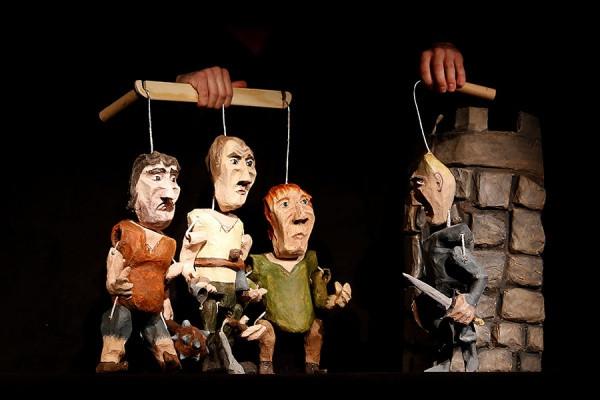 """Spektakl Teatru Barnaby """"Baśń o rycerzu bez konia"""" dostępny będzie online dwukrotnie - w środę, 6 maja, o godz. 18 i w niedzielę, 10 maja, o godz. 17."""