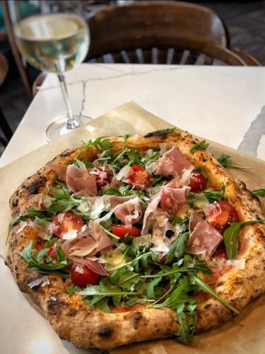 Pizza neapolitańska ma mokry, rozpadający się spód, dlatego nie kroi się jej na trójkąty tak jak pizzę rzymską.