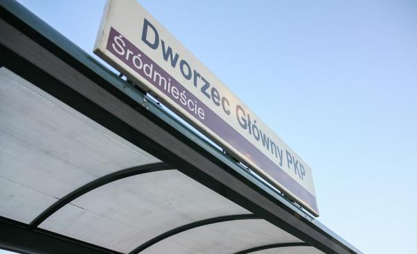 Tablica SIM na przystanku tramwajowym przy Dworcu Głównym.