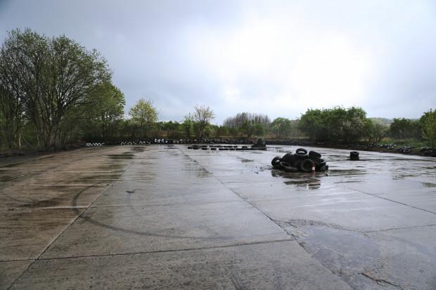 Trzy lata to miejsce wyglądało zupełnie inaczej. Było zarośnięte krzakami i pełniło rolę dzikiego wysypiska śmieci. Drifterzy doprowadzili plac do porządku.