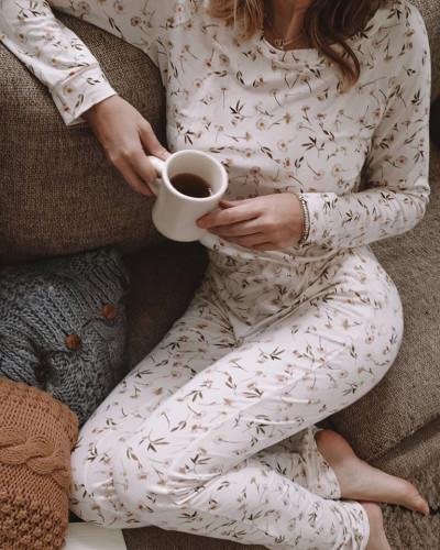 Przyjemna bawełniana pidżama w kwiatowy wzór może umilić nam dni spędzone w domu.