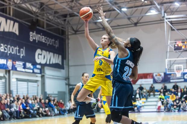 Mimo takich propozycji, większość klubów Energa Basket Ligi Kobiet nie widzi potrzeby wprowadzanie limitów zagranicznych koszykarek. W tym gronie jest Arka. Gdyński klub właśnie przedłużył umowę z Kamilą Podgórną (na zdjęciu z piłką).
