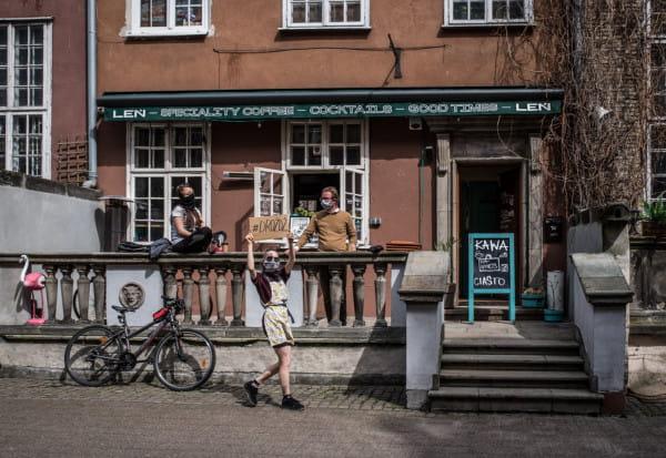 Kawiarnia Leń w Gdańsku słynie z pysznych kaw i drożdżówek. Sprzedaż odbywa się przez okno.