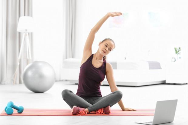 W obecnym czasie musimy zamienić sale i kluby fitness na własne mieszkania. W zajęciach sportowych z instruktorami można jednak uczestniczyć online.