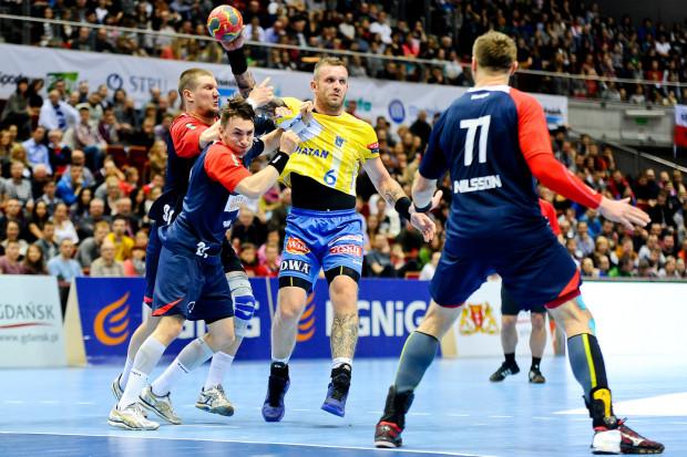 Grzegorz Tkaczyk (z piłką) cztery lata temu zakończył wyczynową karierę, ale już w minionym sezonie był gotów, aby pomóc Torus Wybrzeże Gdańsk w PGNiG Superlidze.