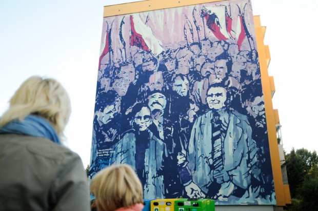 """Wernisaż muralu Rafała Roskowińskiego """"Miłosz w blokowisku""""."""