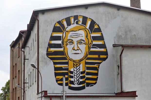 Mural przedstawiający ministra kultury i dziedzictwa narodowego Piotra Glińskiego jako Faraona.