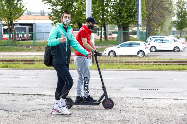 Dusan Kuciak dotrzymał słowa, które dał w mediach społecznościowych. Bramkarz wrócił na piechotę z pierwszego treningu Lechii Gdańsk od czasu przerwy spowodowanej pandemią. Ze stadionu na Traugutta do Brzeźna szedł w maseczce ochronnej przez blisko godzinę