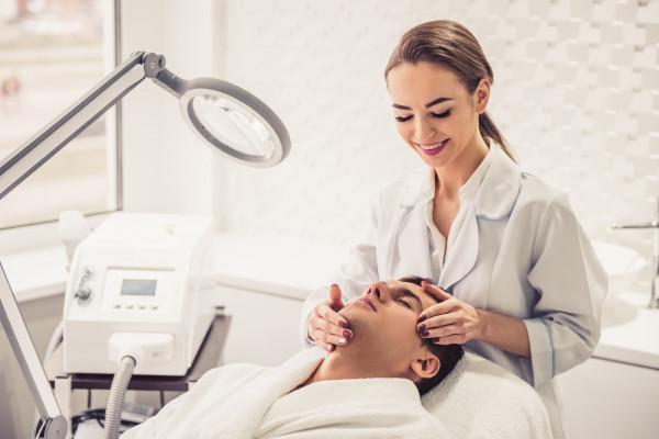 Jeszcze kilka lat temu w gabinetach medycyny estetycznej panowie pojawiali się sporadycznie, a powodem wizyty były problemy zdrowotne. To się jednak zmieniło.
