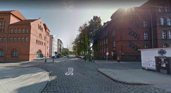 Budynek przy ul. Śluza 3 (po prawej) przekazany został Akademii Sztuk Pięknych w Gdańsku. Naprzeciwko (po lewej) znajduje się siedziba Centrum Sztuki Współczesnej Łaźnia.