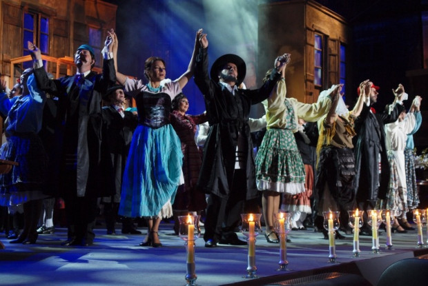"""Spektakl """"Mazl tov"""" Teatru Żydowskiego w Warszawie będzie można ponownie zobaczyć w środę, 13 maja, o godz. 20."""
