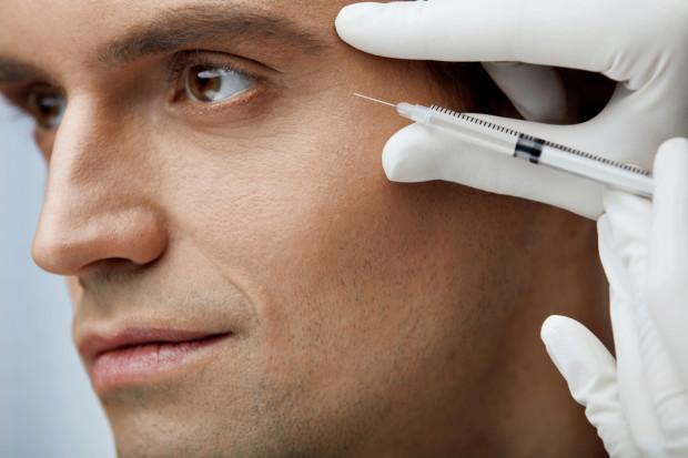 Obecnie panowie najczęściej decydują się na nieinwazyjne zabiegi na twarz, które spłycają zmarszczki i utrzymują cerę w dobrej kondycji. Prym wiedzie niwelowanie oznak upływającego czasu za pomocą toksyny botulinowej oraz kwasu hialuronowego.