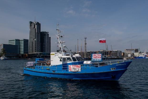 Jedną z form protestu rybaków było blokowanie toru podejściowego dla statków w Porcie Gdynia i Porcie Gdańsk.