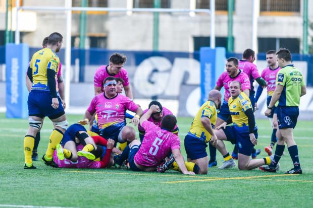 Ostatni mecz ekstraligi rugby w Trójmieście odbył się 8 marca. W Gdyni Arka grała z Ogniwem Sopot. Teraz zawodnicy czekają na decyzję, kiedy będą mogli wrócić na boisko, a kluby na pomoc, którą przydzielił im zarząd Polskiego Związku Rugby.