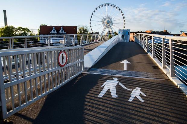 Nowe oznakowanie kładki na Ołowiankę zrodziło pytania, czy dopuszczony jest na niej ruch rowerzystów.