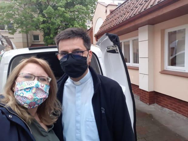 Katarzyna Brożek, rzecznik spółki Copernicus, i ks. Janusz Steć, dyrektor Caritas Archidiecezji Gdańskiej, dostarczaniem ciast do szpitali zajęli się osobiście.