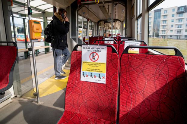 Do tej pory w pojazdach komunikacji miejskiej mogła być zajęta jedynie połowa miejsc siedzących. Teraz ma się to zmienić.