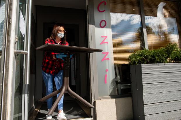 - Otwieramy się w poniedziałek, ale nie rezygnujemy ze sprzedaży na dowóz, której nie prowadziliśmy przed pandemią - tłumaczy Jacek Paszulewicz z restauracji Cozzi w Gdyni.