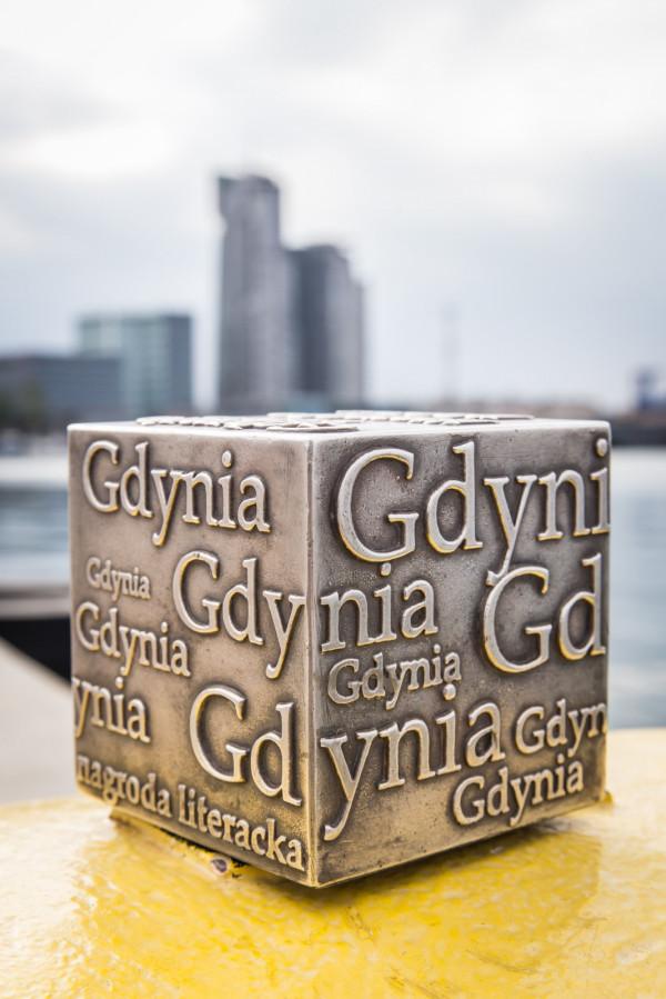 Z grona 20 finalistów Nagrody Literackiej Gdynia wyłonieni zostaną laureaci w każdej z czterech kategorii. Dostaną oni pamiątkową statuetkę, tzw. Kostkę Literacką i nagrodę pieniężną w wysokości 50 tys. zł.