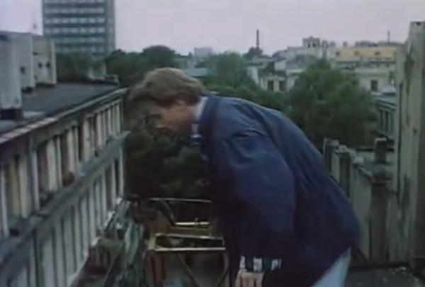 """Młody Artur Żmijewski w roli """"Mruka"""" w filmie """"Trzy dni bez wyroku"""". Filmową scenerią często były budynki Biskupiej Górki."""