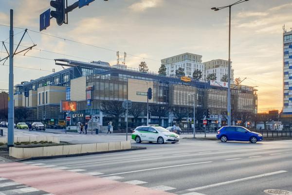 Z dużych budynków stojących wzdłuż głównej osi komunikacyjnych Gdańska reklamy i banery poznikały szybko. Dzięki temu mieszkańcy po raz pierwszy od dawna mogą oglądać architekturę centrum handlowego Manhattan.