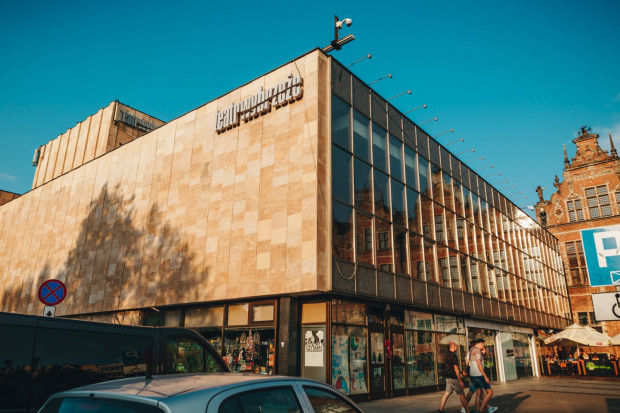 Duża Scena Teatru Wybrzeże zmieni się zarówno wewnątrz jak i od zewnątrz. Wymieniona zostanie fasada szklana, zniknie księgarnia, do dotychczasowej lokalizacji nie wróci także słynny klub Cafe Absinthe.
