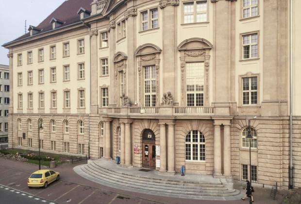 Siedziba Wojewódzkiego Urzędu Ochrony Zabytków w Gdańsku mieści się w widocznym na zdjęciu gmachu przy ul. Dyrekcyjnej 2/4.