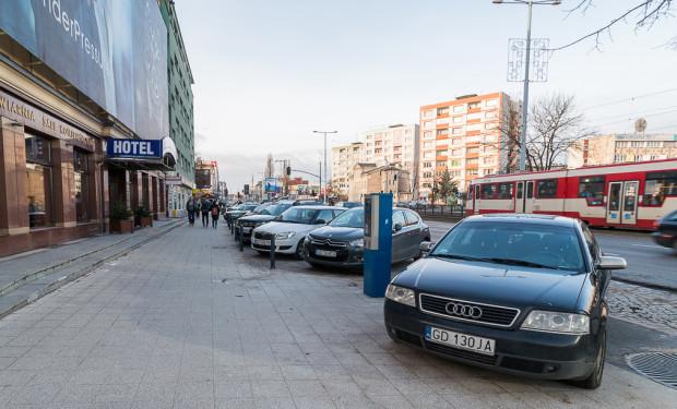 We Wrzeszczu na al. Grunwaldzkiej po stronie poczty parkowanie zostanie przeniesione na tzw. pas manewrowy z kostki, dzięki czemu cała szerokość chodnika będzie do dyspozycji pieszych i rowerzystów (dopuszczony jest tutaj ich ruch).