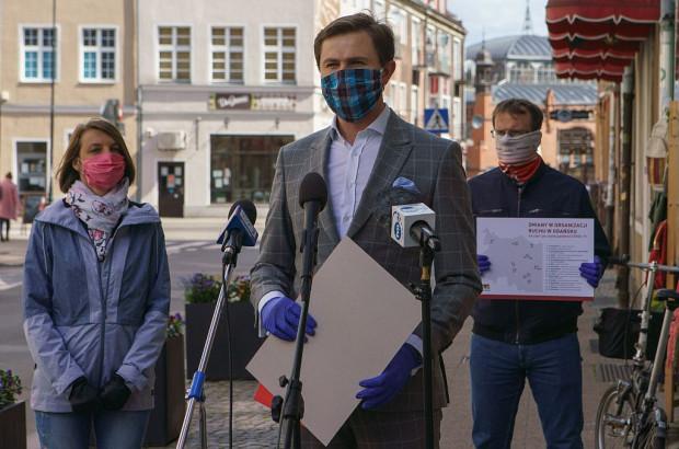 Urzędnicy w przyszłym tygodniu roześlą szczegółowe informacje do rad dzielnic, które zaopiniują ostateczną organizację ruchu. Przy mikrofonach stoi Piotr Grzelak, z tyłu Agata Lewandowska oraz Tomasz Wawrzonek.