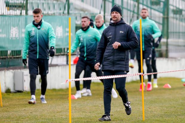 Mariusz Szymkiewicz (w środku) podkreśla, że obecny cykl treningowy piłkarzy Lechii Gdańsk nie przypomina ani tego, który normalnie ma miejsce w trakcie sezonu, ani tego w ramach przygotowań do rundy.