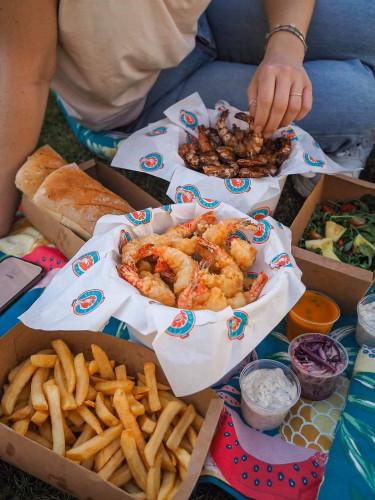 Shrimp House w Gdyni: Przywitamy każdego gościa, który zdecyduje się zjeść na miejscu, naszą domową lemoniadą za darmo. Dodatkowo osoby, które w czasie od 13 marca do 17 maja miały urodziny, mogą skorzystać z oferty urodzinowej, czyli podwójnej porcji krewetek (oferta obowiązuje przez cały tydzień).