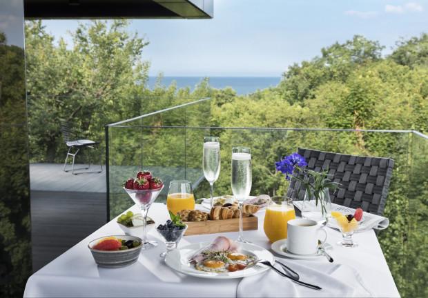 Hotel Sopot przyjmuje gości, także jego restauracja. Dania można zjeść na miejscu lub zamówić do pokoju.