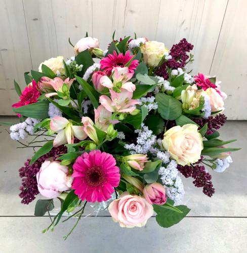 Barwny bukiet z piwonii, bzu-lilaka, alstremerii, róży, tulipana oraz gerbery.