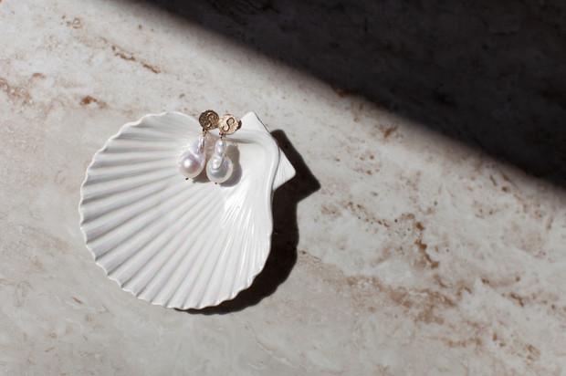 Biżuteria powinna być dopasowana do stylu obdarowywanej. Może być zarówno minimalistyczna i subtelna, ale również barwna i bogato zdobiona.
