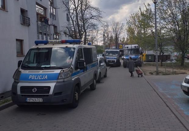 Do ataku nożem doszło w piątek, 24.04, na jednej z klatek schodowych przy ul. Okrzei w Gdyni. Na miejscu pojawiło się kilka radiowozów oraz policjanci z psami tropiącymi.