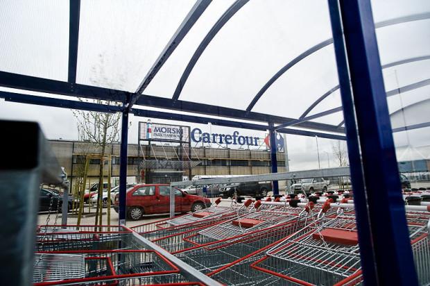 Kobieta parokrotnie oszukała sprzedawców w supermarkecie Carrefour. W końcu przesadziła w swojej pazerności i została zatrzymana na gorącym uczynku.