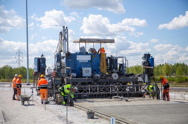 Maszyna używana do kładzenia nawierzchni parkingu robi jednocześnie cztery czynności, które ręcznie wykonywałoby ok. 30-40 robotników.