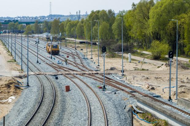Zakres inwestycji obejmuje m.in. znaczną poprawę przepustowości dla transportu kolejowego. Wybudowano m.in. dodatkowy tor do terminala DCT oraz nowe tory do terminali węglowych.