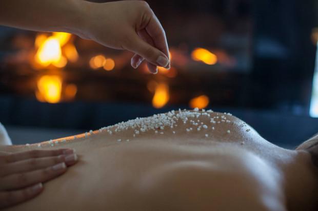Voucher na masaż lub zabiegi kosmetyczne będzie niezapomnianą chwilą relaksu.