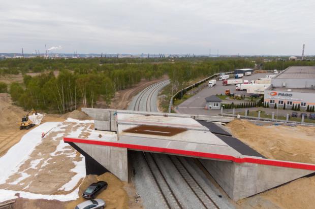 - Obecnie realizowana inwestycja usprawni ruch drogowo-kolejowy w części układu drogowego, która obsługuje terminale zewnętrzne, głównie terminal DCT, terminal Sea-Invest i Gaspolu - mówi Łukasz Greinke, prezes Portu Gdańsk.