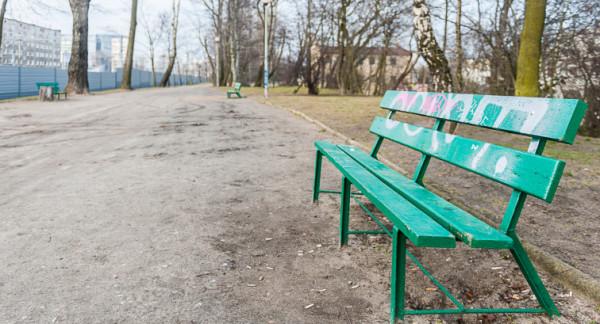 Aleja 17 Grudnia mogłaby być ciekawym miejscem do spacerów, ale od lat pozostaje zaniedbana.
