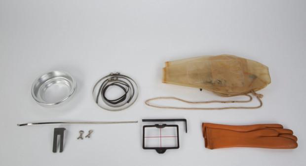 Przedmiot z magazynu Historii Techniki Morskiej i Rzecznej. Eksponat rozłożony na części prezentował się jak perwersyjne narzędzia tortur, a okazał się zabytkową elastyczną obudową do aparatów fotograficznych.